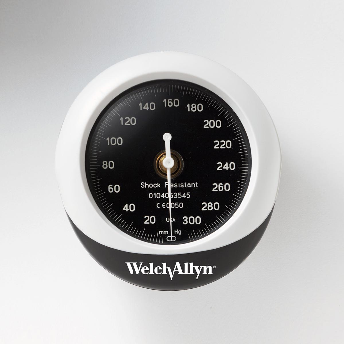 Vue latérale du tensiomètre anéroïde intégré SilverSeriesDS45 WelchAllyn élégant et résistant aux chocs.