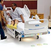 Une clinicienne aide un patient à sortir du lit CentrellaSmart+