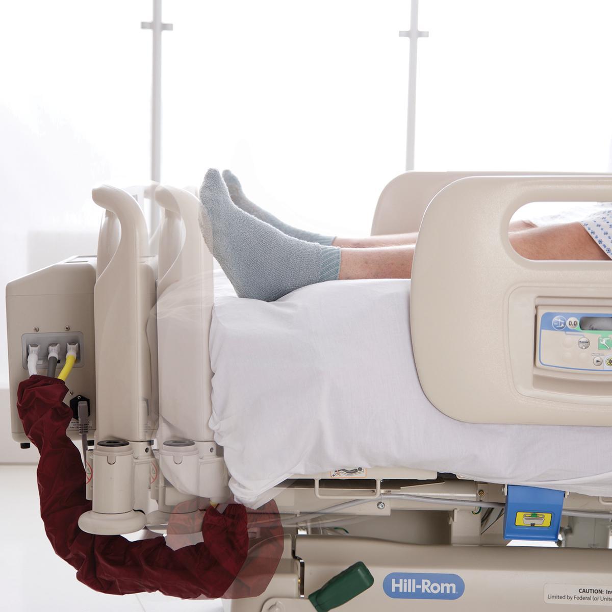 La función FlexAfoot de la cama bariátrica Compella permite que el pie de la cama pueda trasladarse rápidamente hacia afuera para acomodar cómodamente a pacientes más altos.