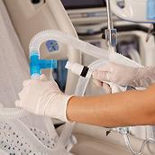 Un médico con guantes conecta el sistema MetaNeb para utilizarlo con ventilación