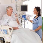 Un médico conecta el sistema MetaNeb para administrar el tratamiento a un paciente intubado