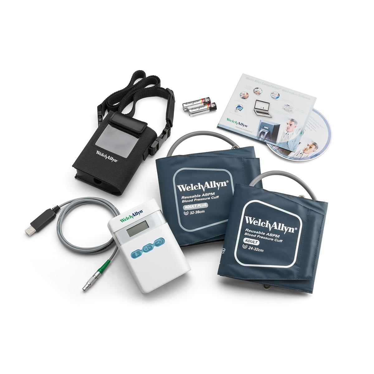 Moniteur ambulatoire de la tension artérielle ABPM7100 et accessoires sur fond blanc, vue en plongée